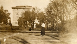 Female tennis players at UW, 1915